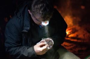 Wyjmując włochatkę z woreczka. (fot. Piotrek Bednarek)